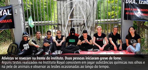 Ativistas estão acorrentados desde sábado (12) ao portão do Instituto Royal, que realiza testes em animais em São Roque-SP