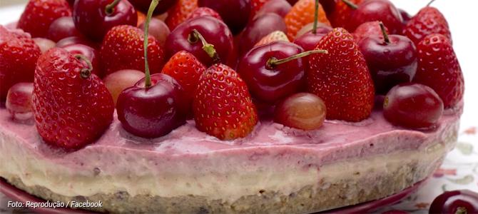 Cheesecake de frutas vermelhas vegano e que não vai ao fogo é uma opção saudável de doce
