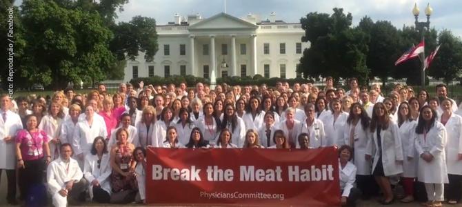 EUA: 100 médicos levam faixa para a frente da Casa Branca e pedem o fim do consumo de carne