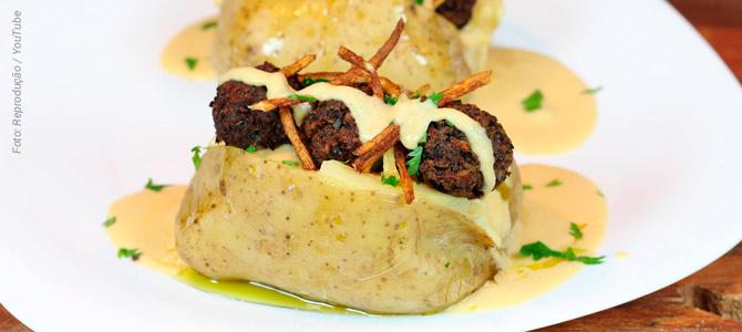 Receita de estrogonofe de almôndega montado na batata assada é a dica do canal Viewganas